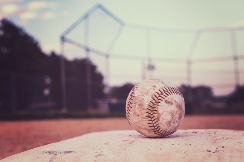 野球ボールとグラウンド